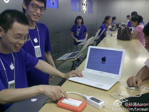Fake MacBook Air At Apple Store