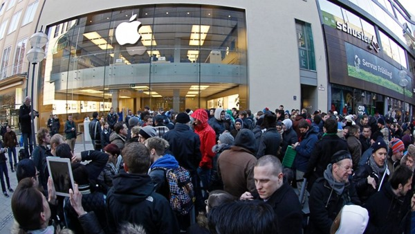 rt_apple_store_crowd_ll_131022_16x9_992