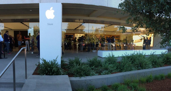 Apple-Store-1-Infinite-Loop-Cupertino-campus